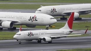 停靠在东京羽田机场的日本航空公司的客机,2012年9月19日。