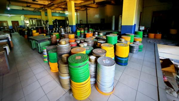 Des bobines dans l'ancien laboratoire cinématographique Prasad.
