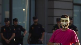 Jovem mascarado do grupo de hackers Anonymous.
