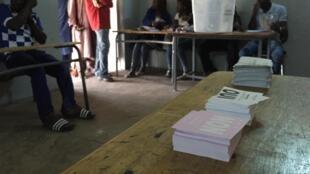 Dans le bureau de vote de l'école Biscuiterie à Dakar, pour le référendum constitutionnel au Sénégal, le 20 mars 2016.