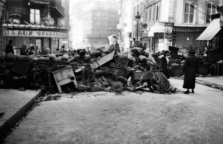 Parisinos levantan una barricada en las calles de la capital, el 22 de agosto de 1944.