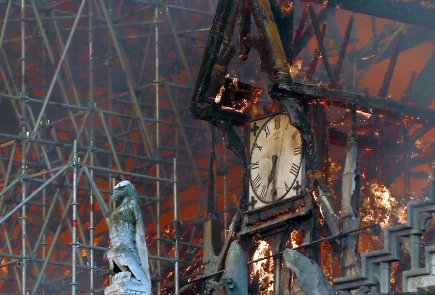 O mecanismo do relógio da Notre-Dame ficava no centro do sótão, ou seja, na parte onde o incêndio começou, e derreteu.