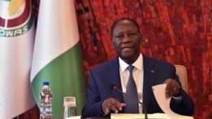 Rais wa Côte d'Ivoire Alassane Ouattara wakati wa kikao cha Baraza la usalama la kitaifa kuhusu janga la Covid-19, Machi 16, 2020.