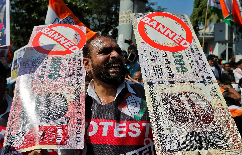 Maandamano katika mji wa Bombay magharibi mwa India. Mapema mwezi Novemba serikali ilifuta thamani ya noti za 500 na 1,000 za Rupia ( sawa na Euro 6.5 na 13 euro).