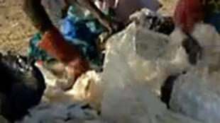 Triage et recyclage de déchets de sachets plastiques au Burkina Faso.