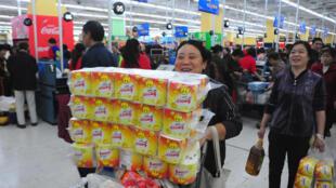 (Photo d'illustration) Des consommateurs chinois dans un supermarché Walmart de Chongqing, le 25 octobre 2013.