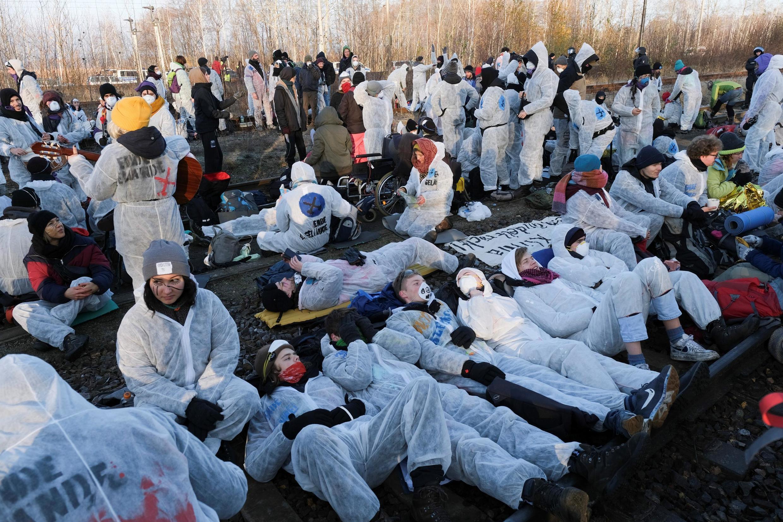 """Các nhà hoạt động vì môi trường tham gia """"Thứ Sáu vì tương lai"""" phong tỏa một tuyến đường sắt tại Lausitz (Đức) ngày 30/11/2019 để phản đối việc sử dụng than đá."""