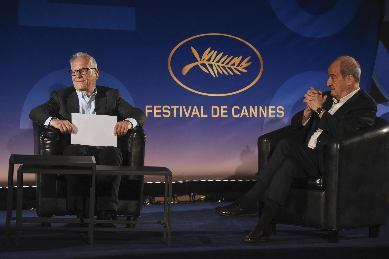 O delegado geral do evento, Thierry Frémaux (e), durante a divulgação da seleção do Festilva de Cinema de Cannes.