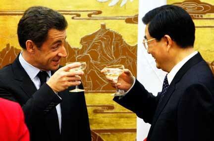 El presidente francés, Nicolas Sarkozy y su homólogo chino, Hu Jintao, brindan en una reunión de 2007.