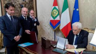 Thủ tướng Ý  Guiseppe Conte (T) chờ tổng thống Sergio Mattarella ký duyệt tài liệu tại dinh Quirinal, Roma, ngày 31/05/2018.