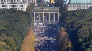 Multidão protestou nas ruas de Berlim contra acordo comercial entre União Europeia e Estados Unidos.
