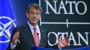 اشتون کارتر وزیر دفاع آمریکا در اجلاس ناتو در بروکسل