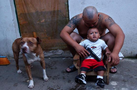 'El Soldado', foto de un líder de la mara Salvatrucha con su pequeño hijo en un barrio de la Ciudad de Guatemala, septiembre de 2003.