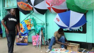 Pour s'en sortir financièrement, les jeunes n'hésitent pas à s'investir dans les «librairies par terre».