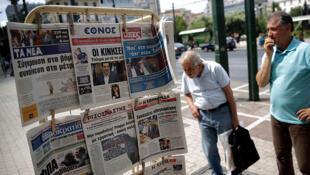 Passants près d'un kiosque à Athènes (image d'illustration).
