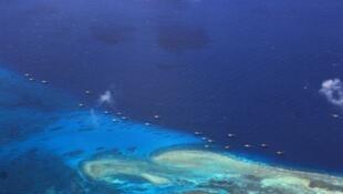 Đá Chữ Thập (Fiery Cross Reef), nơi Trung Quốc xây dựng ồ ạt, mở rộng diện tích khoảng 110 ngàn mét vuông, Biển Đông. Ảnh vệ tinh của AMTI.