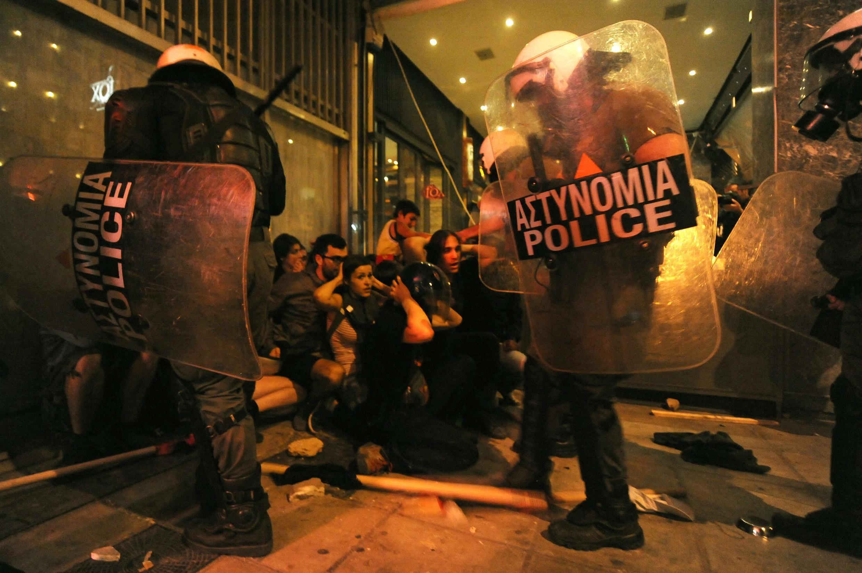 Des policiers grecs entourent un groupe de manifestants antifascistes, à Thessalonique, dans le nord de la Grèce.