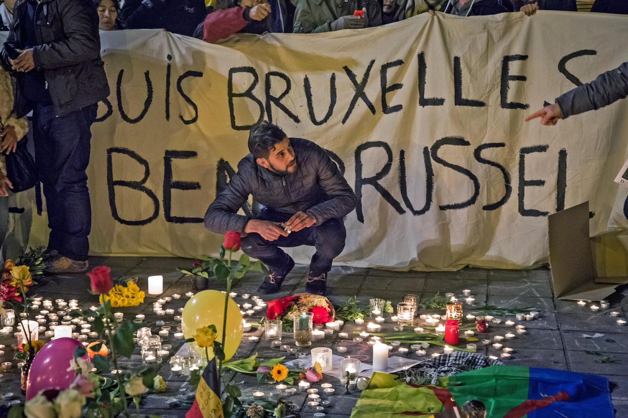Hommage rendu aux victimes des attentats avec un parterre de fleurs et de bougies devant la Bourse de Bruxelles, le 22 mars 2016.