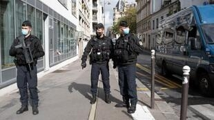 """Des membres des forces de l'ordre dans le 11e arrondissement à proximité des anciens locaux de """"Charlie Hebdo"""", où deux personnes ont été attaquées, le 25 septembre 2020"""