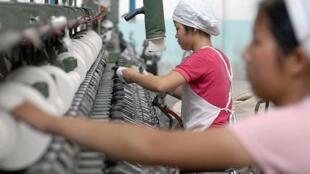 Les travailleurs de l'usine de fil de coton Wuhu, dans la province du Anhui le 4 juin 2005.