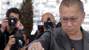 """O diretor japonês Takashi Miike posa antes da projeção de seu filme """"Wara no Tate"""" em Cannes."""