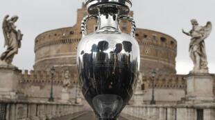Le trophée de l'Euro 2020, présenté le 20 avril 2021 devant le pont Sant'Angelo à Rome, ville où aura lieu le match d'ouverture entre l'Italie et la Turquie, le 11 juin 2021