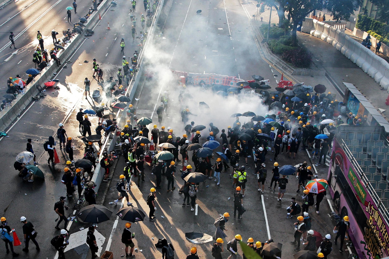 香港警方在金钟夏慤道发射催泪瓦斯驱散示威者2019年8月5日
