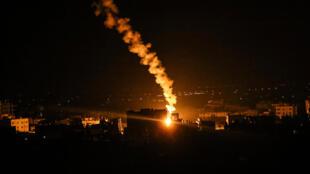 El ejército israelí dispara bengalas wn Rafá, Franja de Gaza, el 16 de mayo de 2021