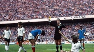 (FILES) In this file photo taken on July 8, 1982, El árbitro holandés Charles Corver (C) durante una incidencia de la polémica semifinal del Mundial de España-1982 que disputaron la República Federal Alemana (RFA) y Francia, el 8 de julio de 1982 en Sevilla