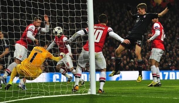 Mshambuliaji wa Bayern Munich Thomas Mueller akifunga goli la pili kwenye mchezo wao dhidi ya Arsenal