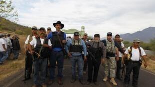 Grupo de autodefensa de Tepelcatepec, en Michoacán, liderado por José Manuel Mireles (tercero a la izquierda), en diciembre de 2013.