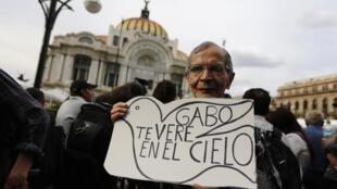 La gente espera para ver las cenizas de Gabriel García Márquez en el Palacio de Bellas Artes, Ciudad de México, este 21 de abril de 2014.
