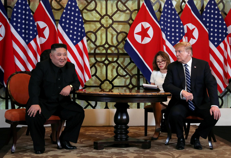 Lãnh đạo Bắc Triều Tiên Kim Jong Un (T) và tổng thống Mỹ Donald Trump trong cuộc họp song phương tại thượng đỉnh Mỹ-Bắc Triều Tiên lần thứ hai, Hà Nội, ngày 28/02/2019.