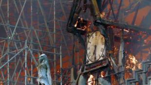 Сгоревшие часы собора Парижской богоматери