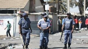 Des policiers patrouillent dans le quartier d'Alexandra, à Johannesburg, où ont lieu des violences et des pillages contre des étrangers. Le 3 septembre 2019.