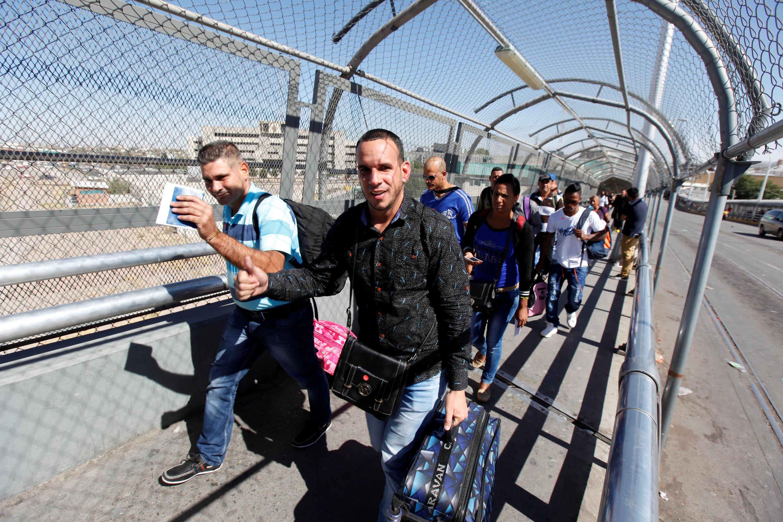 Wahamiaji wa Cuba huko Ciudad Juarez kwenye mpaka wa Mexico. Walipowasili kwa ndege kutoka Panama, wanaenda Marekani.
