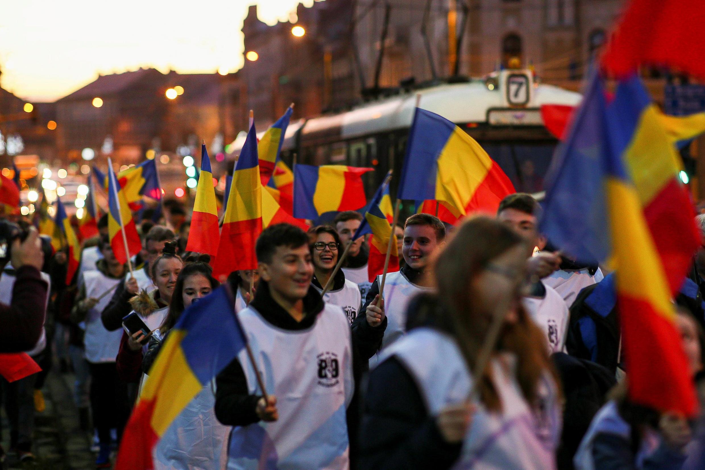 Giới trẻ vẫy cờ trong cuộc tuần hành kỷ niệm 30 Cách Mạng Rumani, tại Timisoara, Rumani, ngày 15/12/2019