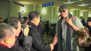 Dennis  Rodman, star à la retraite du basket américain, a été accueilli à l'aéroport par le vice-président du Comité olympique nord-coréen. Pyongyang, le 26 février 2013.