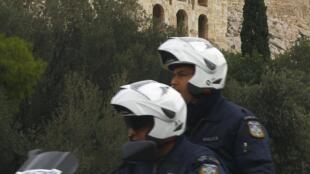 La police spéciale grecque patrouille aux alentours de l'Acropole, le 3 novembre 2010.