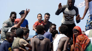 Migrantes da Eritreia e da Somália resgatados pelo navio Aquário