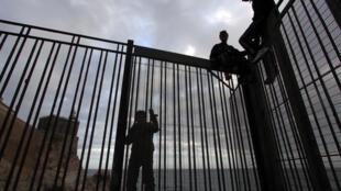 Un pequeño grupo de jóvenes marroquíes saltan una valla en el puerto de la ciudad española de Melilla, el 16 de mayo de 2017 al norte de África