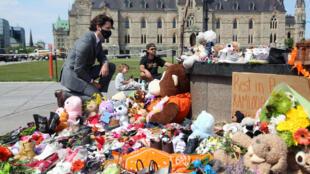 O primeiro-ministro canadiano, Justin Trudeau, visita o memorial improvisado em homenagem aos 215 restos mortais de crianças indígenas encontrados nim internato na Colúmbia Britânica, em Ottawa.