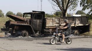 Xác một chiếc xe quân sự bị cháy xém trên đường phố cảng biển Marioupol. Ảnh chụp ngày 07/09/2014.