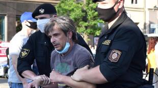 Un manifestant détenu par des policiers biélorusses lors d'un rassemblement de soutien à des candidats opposants au président Alexander Loukachenko, à Minsk le 19 juin 2020.