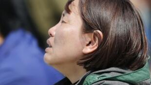 Familiar de uno de los desaparecidos en el accidente del ferry surcoreano Sewol.