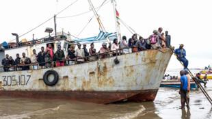 Populares evacuados de Buzi à sua chegada à Praia Nova, na Beira, a 24 de Março de 2019.