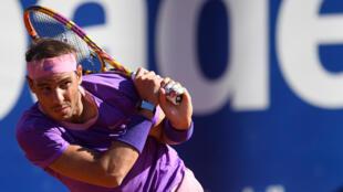 El tenista español Rafael Nadal devuelve la pelota al británico Cameron Norrie, en partido de cuartos de final del torneo de Barcelona, el 23 de abril de 2021