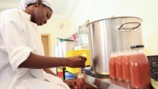 Une employée de la start-up Zabbaan remplit une bouteille de jus de fruits, le 13 octobre 2017 à Bamako, au Mali.