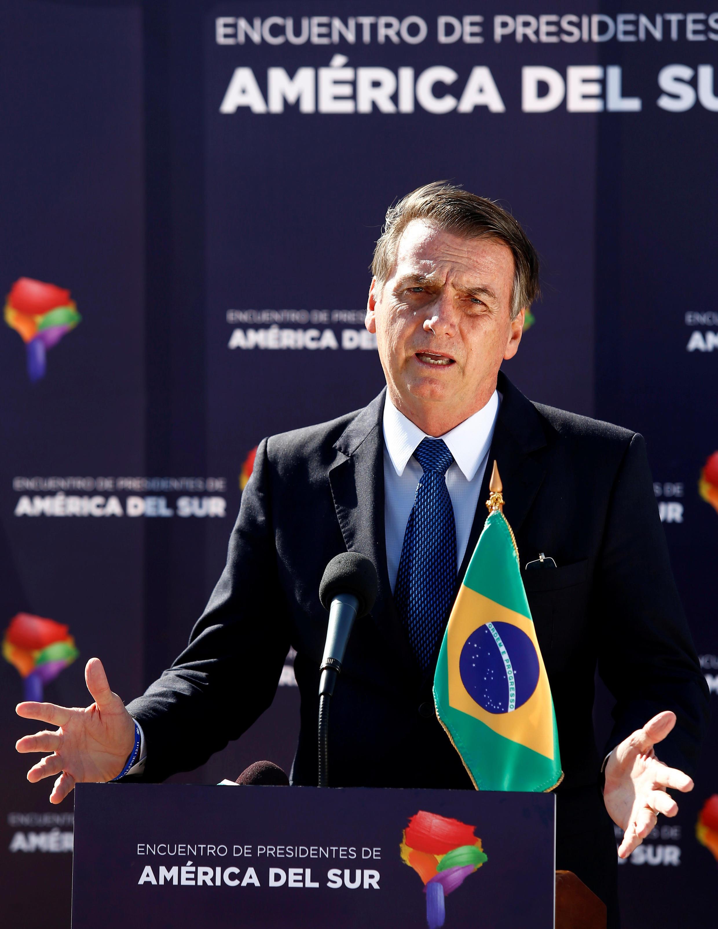 O Presidente do Brasil, Jair Bolsonaro, fala à imprensa após chegar ao Aeroporto Internacional Arturo Merino Benitez, em Santiago, Chile, em 21 de março de 2019.