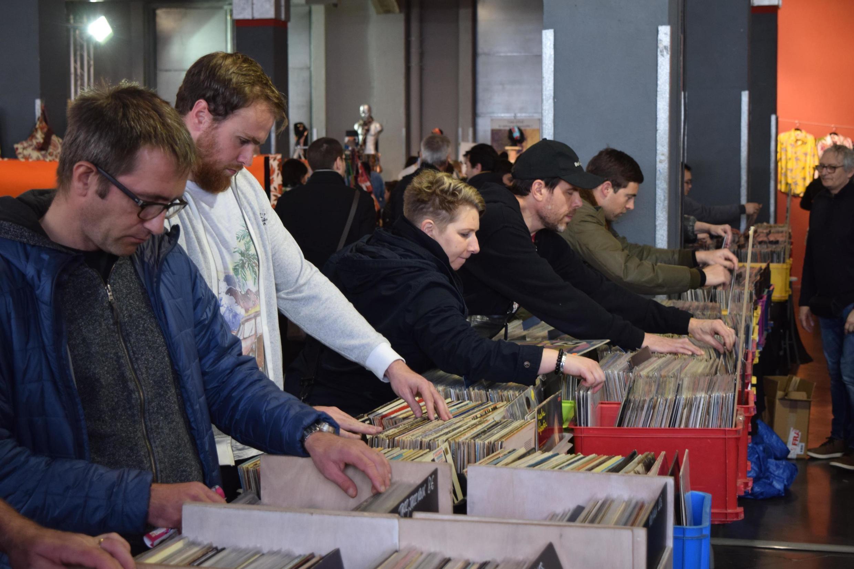 Les chasseurs de vinyles à la recherche de la bonne occasion au Salon du vintage à Bordeaux, le 10 mars.